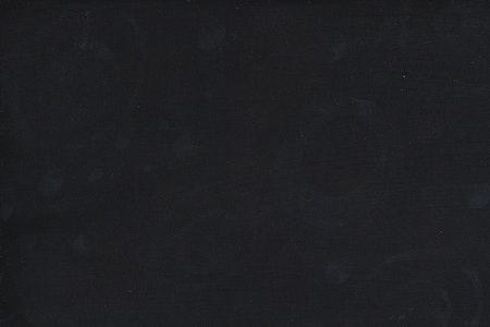 Svart med mörkgråa prickar och cirklar. Viskos. 140 cm bred