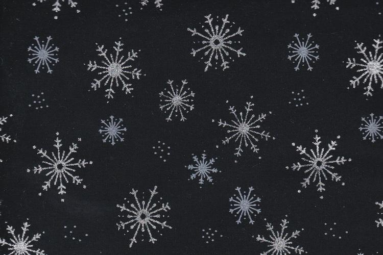 Svart  med  snöstjärnor i silver och blått , bomull, 110 cm bred