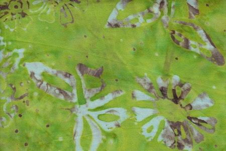 Limegrön med vitt och beige tryck. Viskos. 110 cm bred