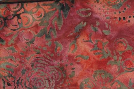 Rödorange botten med brunt tryck. Viskos. 130 cm bred