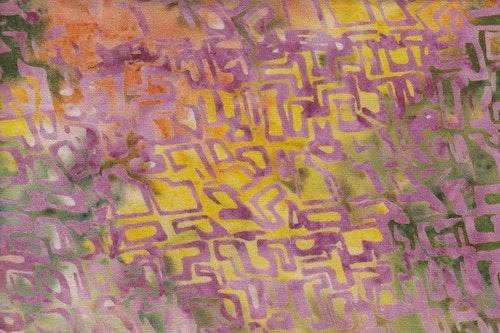 Flerfärgad med lila tryck. 130 cm bred