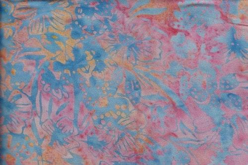 Flerfärgad med blått tryck. 130 cm bred