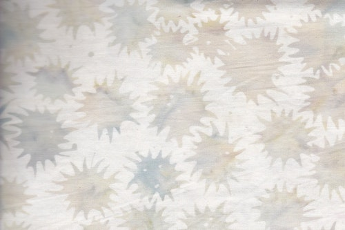"""Freaky Flower"" i vitt med bleka grågröna stiliserade blommor."