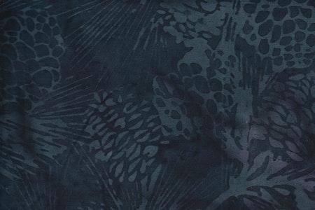 Svart balibatik med gråblå tryck. Bomullsbatik