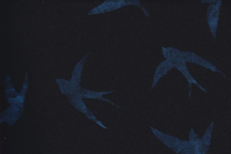 Svart bakgrund med blå svalor. Viskos 130 cm bred