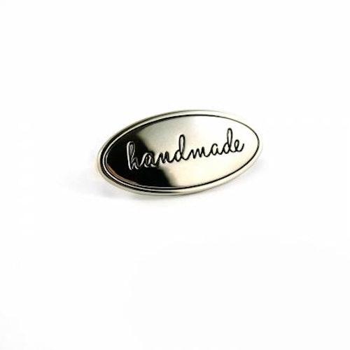 """Metallmärke """"handmade"""" att pryda egengjord väska tex. Nickel. Från Emmaline Bags"""