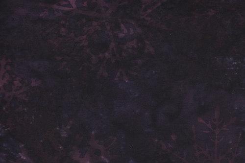Mörklila med lila snöstjärnetryck. Batik bomull