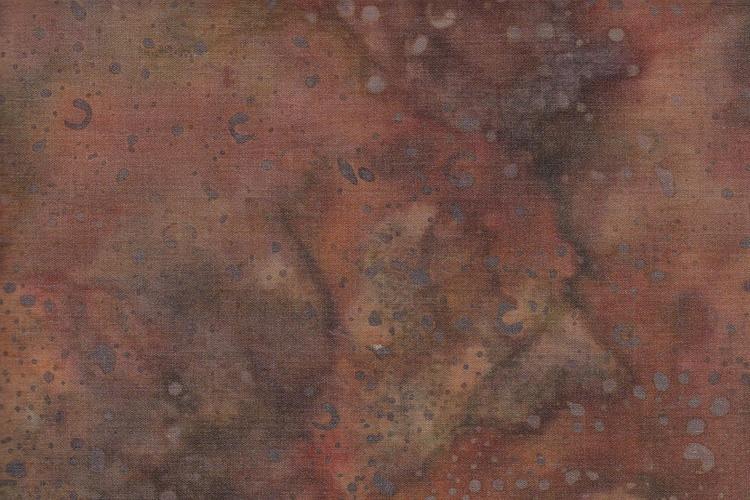 Brun-beige-aubergine-röda färger med melerad botten och glest prickmönster