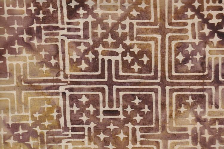 En geometrisk fantasi i brunt och beige. Äkta Balibatik i bomull