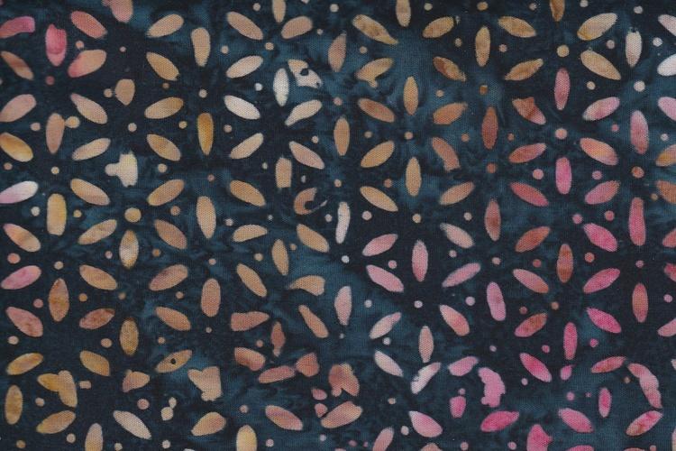 Klassiskt blekt flerfärgat tryck på mörkblå bakgrund