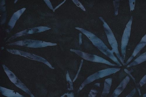 Svart viskostyg med blålila spretiga men vackra blad