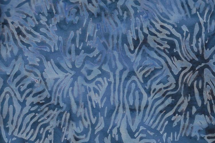 Blått på blått i rafflande fantasimönster. Viskostyg från Bali