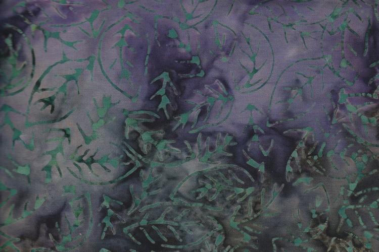 Lilagrönflammig med tunnt grönt tryck. Balibatik