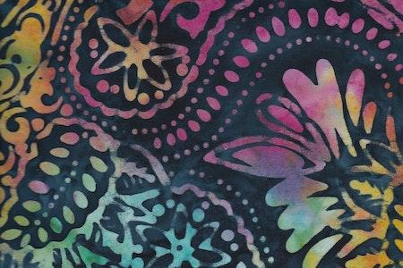 Starka färger, distinkt mönster, mörkblå botten