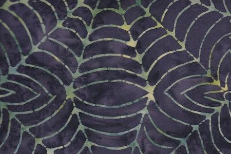 """""""Spider Web"""" med lila flammig botten. Ett batiktyg från Bali"""