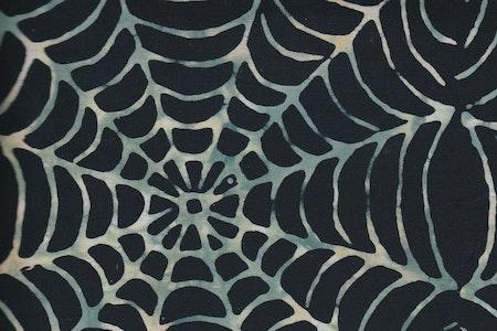 """Spider web"" Svart med ljusare spindelväv i grön-vit-beige"