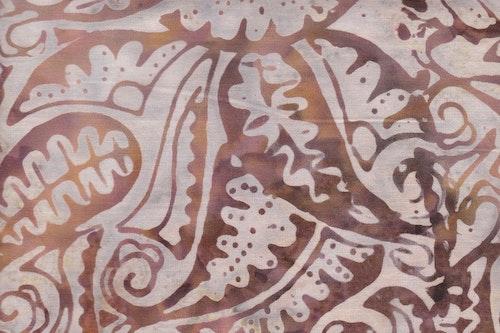 Gammaldags rejält med ljust mönster på rödbeige botten
