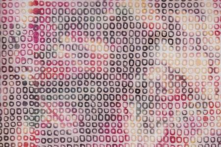 Små fyrkanter tätt ihop. Rosa-beige-lila-grått tyg.