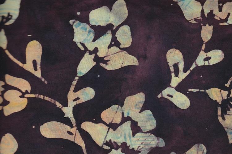 Aubergine-brunmelerad botten med stora blommor