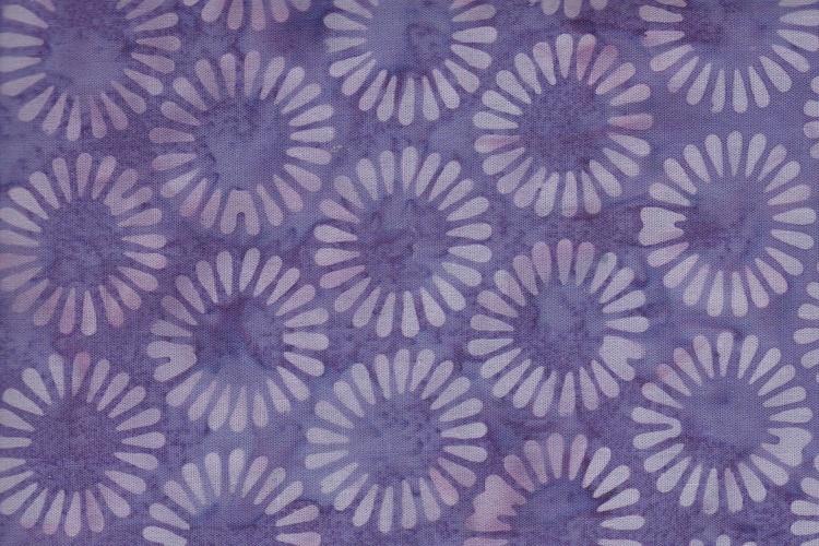 Lila med violett stiliserat blomtryck. Balibatik förstås