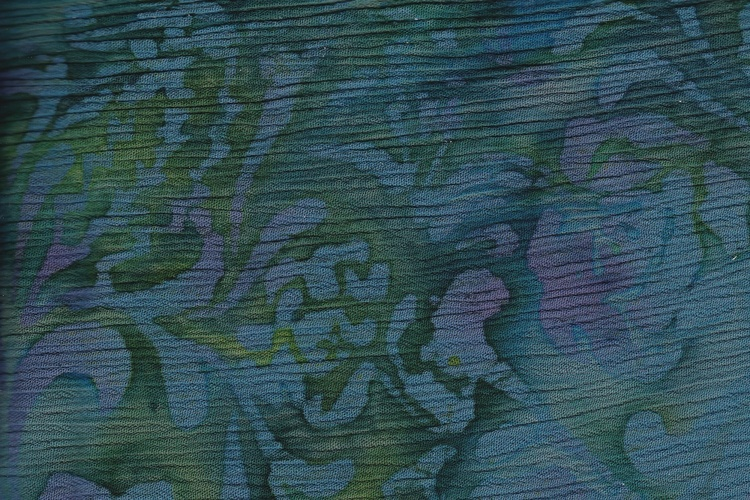 Grönflammig botten med blålila växttryck. Kräppad viskos