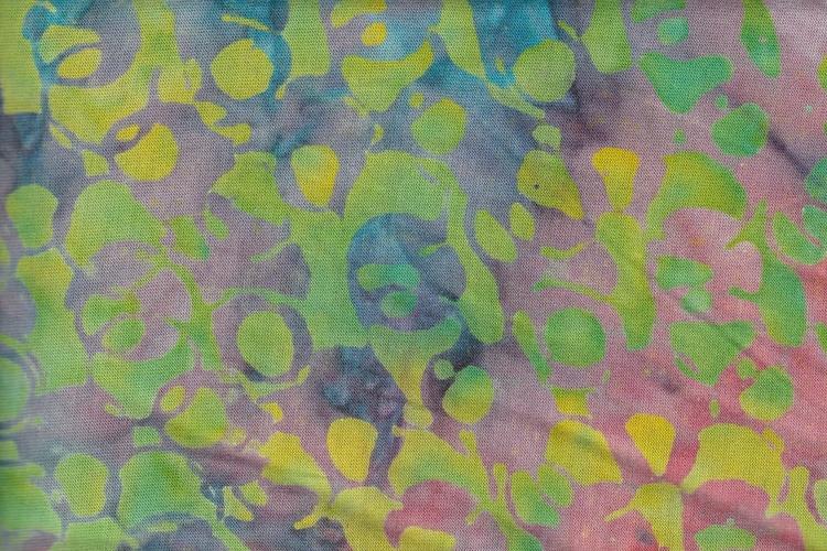 Flerfärgat med tonvikt på gröna nyanser. Trikåtyg bredd 140 cm