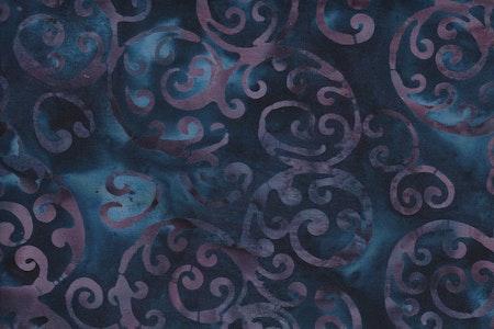 Blåflammig botten med lila-grå  snirklar. Bomullstyg i äkta batik