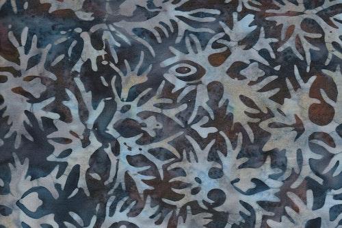 Murrigt flerfärgat bomullstyg i lite dovare färger. Balibatik i bomull