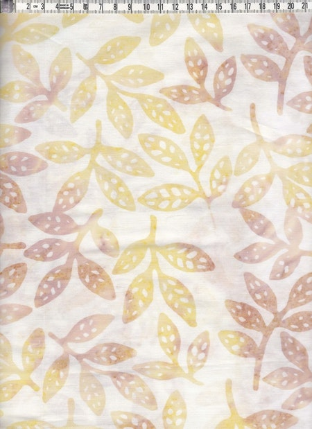 Vitt med blekt gula och bruna löv. Bomullsbatik