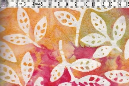 Vita löv på flerfärgad röd-grön botten. Batiktyg i bomull