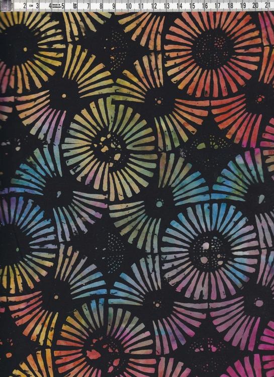 Varmt flerfärgat motiv på svart botten. Bomullstyg