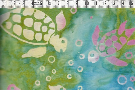 Rosa-grå-vita sköldpaddor simmar i flerfärgat hav