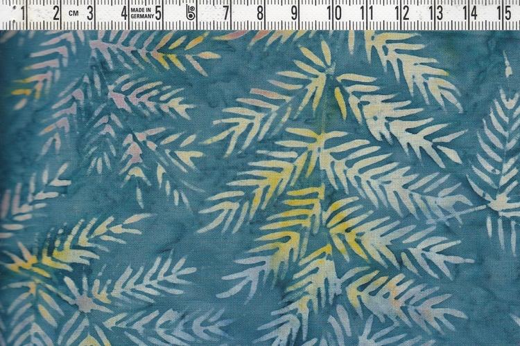 Blågrå med bladverk i flera pastelliga färger. Bomullstyg i batik