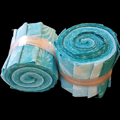 """""""Aquarius Blue"""". Batikrulle med 10 st 2,5 inch remsor i blåturkosa färger"""
