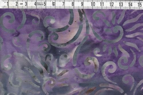 Lila-svart botten med grå-vit-beige mönster.  Bomullstyg