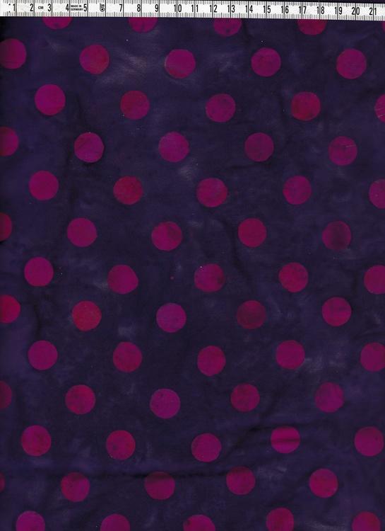 Härliga klassiska prickar i burgundy på lilamelerat.