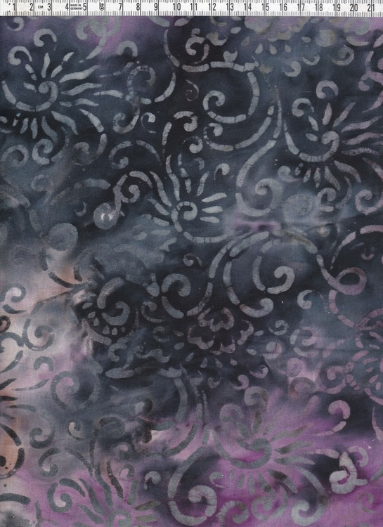 Lila-svart botten med grå-vit-beige mönster.  Bomullstrikå