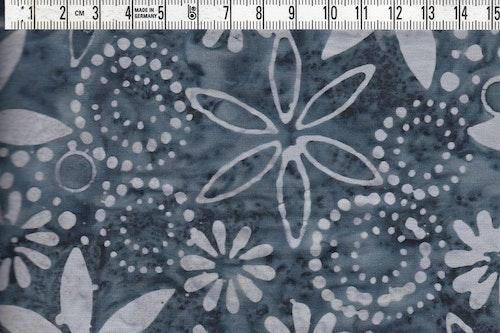 Mörkgrått och ljusgråblått med blommor. Balibatik