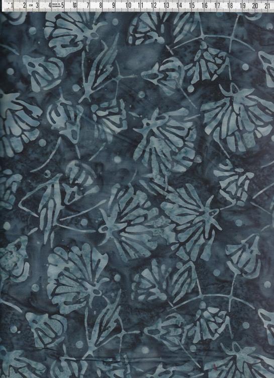 Mörkblått med ljusare mönster. Bomullstyg i genuin balibatik