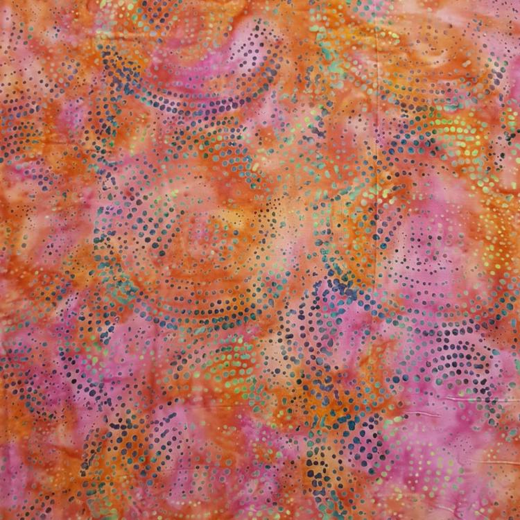 Cerise-orange spräcklig med prickar. 145 cm bred