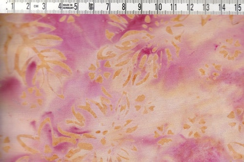 Rosaflammigt med beige mönster. Viskostyg batik