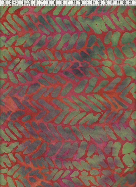 Rödflammig med mönster i gröna toner. 120 cm bred