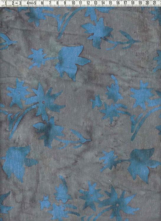Blått motiv på gråflammig botten. 100% bomull. 170 cm brett