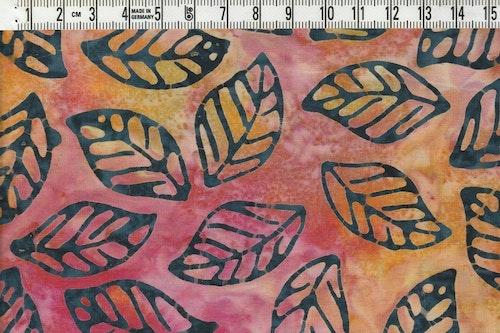 Stilrena löv på flerfärgad botten. Batik ca 110 cm bred