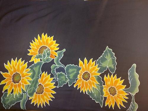Handmålad sarong med svart botten. Tunn viskos. Utan fransar