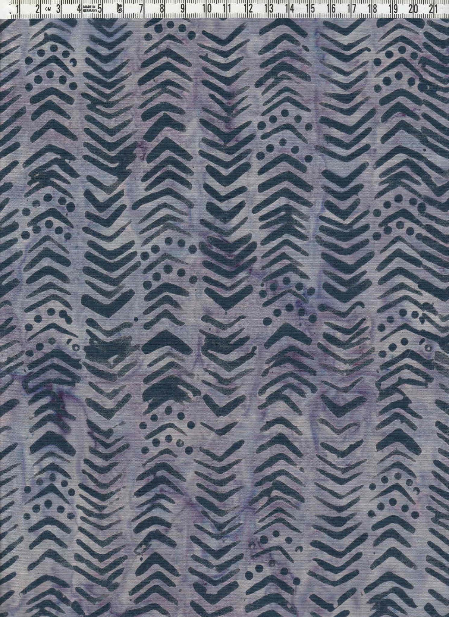 Mörkt blålila mönster på lila-violettflammig botten. Balibatik. 110 cm bred