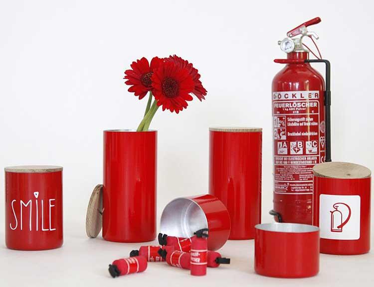 Röda burkar av återvunna brandsläckare