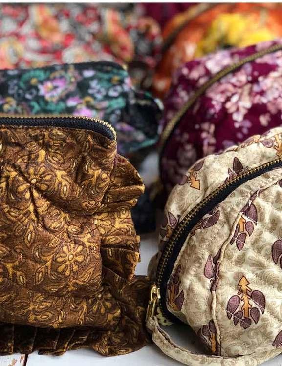 Sminkväska   necessär småblommig återvunna sari