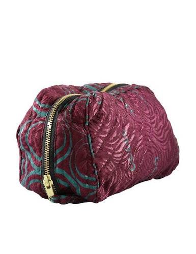 Sminkväska   necessär vinröd återvunna sari