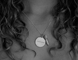 Halsband Love is, av återvunnet bombskrot